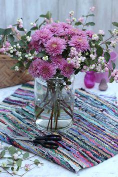 Um grupo para os fim-Snowberries # 86-de-rosa e cor-de-Crisântemos-Ingrid Henningsson-da primavera e do verão