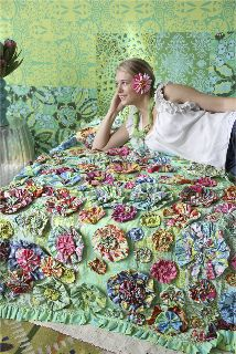 Soul Blossoms by Amy Butler on Bloom quilt. It reminds me of my flower patch quilt that I never finished! Creation Deco, Creation Couture, Amy Butler, Patch Quilt, Applique Quilts, Quilting Fabric, Fabric Scraps, Quilt Patterns Free, Free Pattern