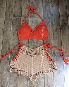 Toque na imagem para ter acesso a gráficos exclusivos - #crochê #artesanato #croche #graficosdecroche #feitoamao Bralette Pattern, Crochet Bikini Pattern, Crochet Halter Tops, Crochet Shorts, Crochet Clothes, Knit Crochet, Cotton Crochet, Crochet Outfits, Crochet Beach Dress