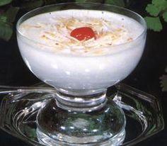 Mousse de Coco - 2 embalagens de 200ml cada de leite de coco Sococo 2 envelopes de gelatina branca sem sabor ½ xícara de chá de água 8 claras 1 xícara de chá de açúcar 1 lata de creme de leite Flococo e cereja para enfeitar