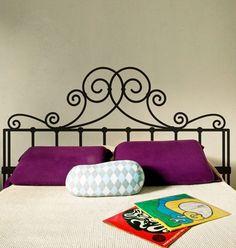 Uma cabeceira diferente pode ser o toque especial que faltava na decoração do seu quarto. Tem de diversos estilos, essa de ferro adornado deu um ar de romantismo ao quarto.