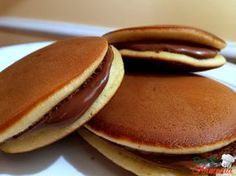 Dorayakis or Japanese Nutella Pancake Recipe Sweet Recipes, Cake Recipes, Dessert Recipes, Dorayaki Receta, Delicious Desserts, Yummy Food, Tasty, Nutella Pancakes, Sweet Cakes
