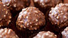Poslastica od 20 kuglica Vreme pripremanja:20 min. Sastojci 170 g mlevenih lešnika 150 g crne čokolade 3 kašike ulja  Priprema Na pari otopiti čokoladu zajedno sa uljem i dodati mlevene lešn...