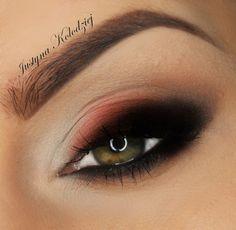 smoky eyes con toque de rojo, ideal en ojos verdes