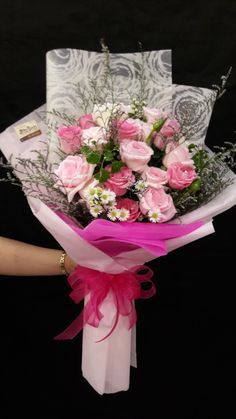 Boquette Flowers, Flower Bouquet Diy, Bouquet Wrap, How To Wrap Flowers, Rose Bouquet, Floral Bouquets, Pretty Flowers, Valentine's Day Flower Arrangements, Flower Arrangement Designs