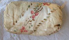 Rare manchon de femme galante, XVIIIe siècle. Satin de soie ivoire orné de gaze avec mouches en satin et roses finement gouachées sur soie et appliquées (quelques manques)