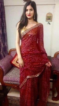 Bandhani Dress, Sari Dress, Dress Indian Style, Indian Fashion Dresses, Indian Outfits, Saree Blouse Patterns, Saree Blouse Designs, Simple Saree Designs, Saree Designs Party Wear