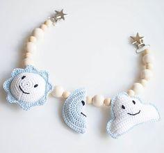 Minusta tuli tovi sitten maailman suloisimman poikavauvan täti ja pääsin toteuttamaan hänelle pitkään virkkauslistalla olleen vaunulelun #crochet #crocheting #babystuff #virkkaus #vaunulelu #babyboy