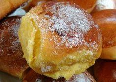 50 g de fermento de padaria - 1 copo de leite morno (200 g) - 4 ovos - 5 colheres de manteiga - 1 pitada de sal - 1 copo de açúcar - 1 kg de farinha de trigo (aproximadamente)