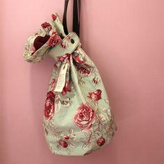 Bolso Petate Numon Floral Conoce cómo Nuria de Numon se agencia telas antiguas y las recicla para crear estas bellezas!