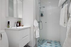 Un apartamento nórdico con suelo de madera y baldosa hidráulica | Decorar tu casa es facilisimo.com