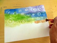 Se pinta con acuarela sobre la crayola y por toda la hoja, se recomienda usar varios colores para dar un efecto mas divertido