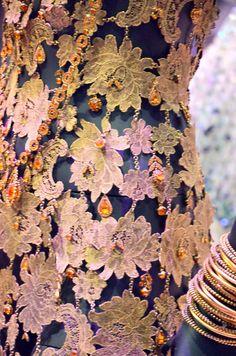 MATATARI, John Galliano - Collection Christian DIOR, automne-hiver 1997 - Fourreau sirène en dentelle lamée brodée de cristaux Swarovski -  Photo Hervé Leyrit.