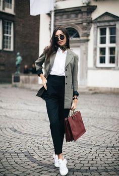 Com um look inteiro composto por peças clássicas, dá para apostar em um tênis e dar um toque mais descolex. O blazer em cima da camisa reforça o outfit quentinho e a calça de alfaiataria completa o resultado. it-girl - calça-alfaiataria-camisa-blazer - calça-alfaiataria - inverno - office-look