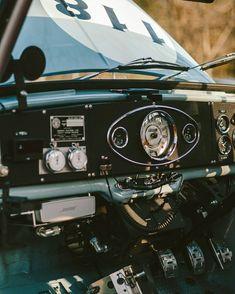 Mini Cooper S, Mini Cooper Classic, Classic Mini, Classic Cars, Vintage Sports Cars, Retro Cars, Fiat 500, Minis, Car Console