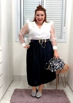 Como usar saia plissada plus size | Dicas e truques - JUROMANO.COM Looks Plus Size, Midi Skirt, Skirts, Fashion, Printed Shoes, Short Legs, Long Eyelashes, Pleated Skirt Outfit, Moda