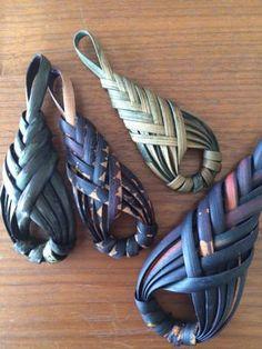 "Плетение из газет ""I feel like these would make beautiful scarf pins"" Paper Weaving, Weaving Textiles, Weaving Art, Weaving Patterns, Bamboo Weaving, Willow Weaving, Basket Weaving, Newspaper Basket, Newspaper Crafts"