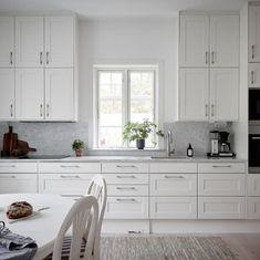 Stensö - ETT SMART HUS lämnar så lite avtryck som möjligt Kitchen Cabinets, House, Inspiration, Home Decor, Boston, Greek, Ideas, Wood Cabins, Biblical Inspiration