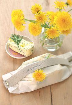 Löwenzahn-Butter - Rezepte & Ideen für Geschenke aus dem Garten - Eine feine Garten-Butter mit Löwenzahn und Bärwurzgrün ist sehr einfach herzustellen. Die gelb-grüne Farbkombination ist ein toller Frühlingsgruß und verwandelt jeden Esstisch in eine Augenweide...