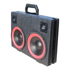 Lækker og fræk 2 vejs stereo højtaler bygget i en godt brugt cavalet kuffert. Super god lyd.  Spiller let en mindre stue op. Unika model.  Der er naturligvis også her tale om en unikamodel. Der er kun lavet et stk. af denne model.