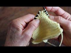 Strikkefærdigheder er det nye sort. Vi har fået min afsindigt dygtige veninde Lone til at lave det vildeste sildebensstrik, og som filmen viser, er det ikke helt simpelt. Men så er det heller ikke sværere. Se filmen et par gange – og du er klar til at mestre teknikken. Tænk lige hvad du kan lave … Knitting Patterns Free, Free Knitting, Crochet Patterns, Panduro Hobby, Drops Design, Half Double Crochet, Chrochet, Hobbies And Crafts, Crochet Stitches