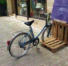 Parking para bicis con pallets.