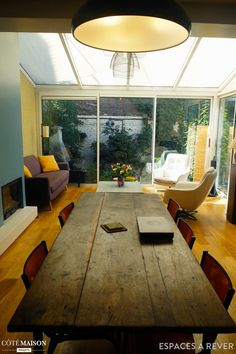 Salle à manger donnant sur le salon. La baie vitrée permet de donner davantage de volume à cet espace de vie.