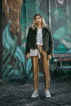 5. Wochenrückblick | Fashion Blog from Germany /. White graphic tee+golden pants+grey plattform slip-ons+khaki fur jacket+taupe crossbody bag. Winter Sport-Chic Outfit 2017