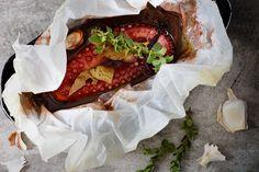 Χταπόδι με κόκκινο κρασί στρωμένο σε λαδόκολλα και ψημένο στο φούρνο, σίγουρα δεν θα έχετε δοκιμάσει καλύτερη συνταγή!
