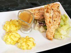 Marinerad kycklingfilé serveras med potatis duchesse och het sås