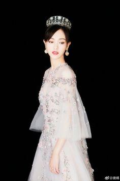 DramaPanda: Tang Yan majestically royal in a tiara Stylish Girl, Stylish Outfits, Fashion Outfits, Fashion Ideas, Cute Korean Girl, Asian Girl, Princess Weiyoung, Tiffany Tang, Luo Jin