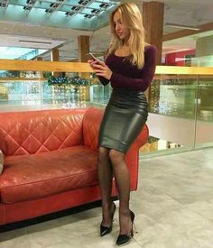 women in leather — fashion-boots: Juliana Imai for Shopping Cidade. Black Leather Skirts, Leather Dresses, Tight Dresses, Sexy Dresses, Sexy Rock, Hobble Skirt, Nylons Heels, Shoes Heels, Hot High Heels