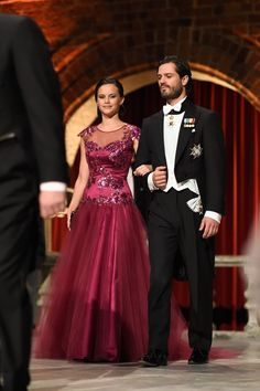 Pin for Later: 23 Reasons Princess Sofia Will Have the Best Royal Maternity Style — Ever She Looks Like a Real-Life Princess Her gown stole the show at December Nobel Prize ceremony in Stockholm. Sweden Fashion, Europe Fashion, Prinz Carl Philip, Princesa Victoria, Real Life Princesses, Princess Sofia Of Sweden, Casa Real, Embellished Gown, Swedish Royals