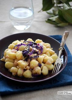 Receta de ñoquis en salsa de queso mascarpone con pera y col lombarda. Con fotos del paso a paso, consejos y sugerencias de degustación. Recetas...
