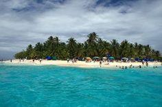 JOHNNY CAY  Es una pequeña Isla, en donde podrá disfrutar de una de las mejores playas de arenas blancas y suaves. En Jonny Cay el mar tiene un color azul transparente especial y está ubicado a cinco minutos en lancha desde Club de Playa. Colombia
