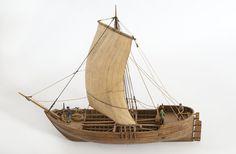 Kalmarfynd V, rekonstruktion av utgrävt, år 1934, skepp från slutet av medeltiden. Skrov utfört i två halvor med limfog genom köl och stävar, bordläggningen skuren på såväl in-som utsidan. Riggad med vindfyllt segel. Ankare med tåg och vakare. Träet betsat i tjärfärg.