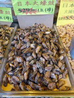 Mexilhões vendidos secos nas calçadas de Chinatown.
