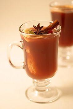 Mulled Cider: bebida com sidra, rum, cravo, canela, pimenta da Jamaica, noz moscada, gengibre e raspas de laranja. Decorado com casca de laranja ou pau de canela.
