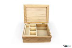 Caixa de madeira grande com tabuleiros no interiores.