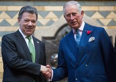 Colombian President Juan Manuel Santos (L) and Prince Charles, Prince of Wales (R) shake hands at the Natural History Museum on November 2, 2016 in London, England. The President of the Republic of Colombia Juan Manuel Santos and his wife Maria Clemencia Rodriguez de Santos are paying their first State Visit to the UK as official guests of Queen Elizabeth II.