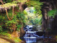 都会でおしゃれな食事やショッピングをするのも楽しいけど、たまには自然に触れてみたいなあ。という方!都心の近くに「秘境」があるのをご存知ですか?それも、東京から1時間ほどの場所にあるというんです!喧騒から離れた不思議空間は、まるで一枚絵。秘境って言っても、どんな場所なの?千葉県君津市の清水渓流公園にある「濃溝(のうみぞ)の滝」。都心からわずか1時間程度という、至極アクセスの良い隠れ秘境です。ふ...
