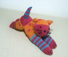 """בובת חתול צבעוני רכה ונעימה חבר חביב לשינה או לנסיעה  מתכבסת בקלות במכונה ובמייבש  תפור ביד אורך 21 ס""""מ"""
