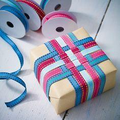 Amazing how a simple ribbon weaving dresses up plain paper! ✂️Geschenke verpacken - Präsente kreativ verhüllt - baender2 Rezept