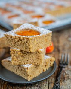 Aprikosenkuchen vom Blech - Biskuitteig ohne Eier - Mrs Flury Lchf, Cornbread, Healthy Lifestyle, Healthy Recipes, Meals, Cookies, Baking, Cake, Ethnic Recipes