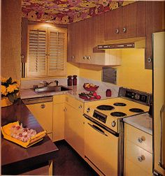 A Beautiful 1972 Yellow Kitchen in harvest gold YIKES! 1970s Decor, Retro Home Decor, Vintage Decor, Retro Vintage, Vintage Soul, Vintage Modern, Vintage Interior Design, Vintage Interiors, 1970s Kitchen
