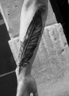 Große Feder als cooles Unterarmtattoo für den Mann. Die Tattoovorlage eignet sich gut für ein tolles Unterarm oder Arm Tattoo.