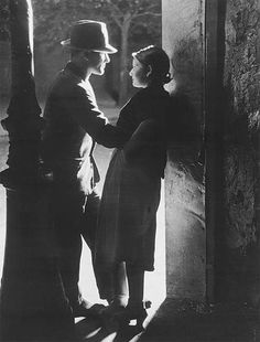 Lovers under a street lamp, 1933