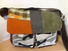 Grand sac besace à bandoulière en tissus marron, kaki et orange pour homme ou…