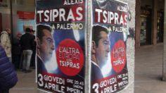"""""""Ο Αλέξης Τσίπρας στο Παλέρμο"""", λέει η αφίσα δίπλα στο τραπεζάκι συγκέντρωσης υπογραφών."""