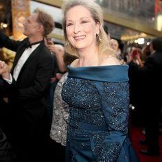 """Respect! Meryl Streep chegou ao Oscar musa com um vestido azul marinho by Elie Saab. E a beleza? @fernandotorquattostudio destrincha: """"Ela veio com uma make ótima para peles mais maduras: com os olhos marcados e uma boca em tom nude ficou bem clássica. O cabelo com um gel na parte da lateral ficou diferente do que a atriz costuma usar. #Oscars #GlamourNoOscar  via GLAMOUR BRASIL MAGAZINE OFFICIAL INSTAGRAM - Celebrity  Fashion  Haute Couture  Advertising  Culture  Beauty  Editorial…"""